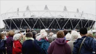 Người tham quan công viên và sân vận động chính cho Olympics