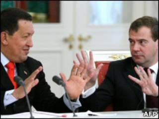 Chávez e Medvedev em encontro na Rússia (Foto: AFP)