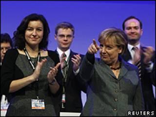 Angela Merkel, canciller alemana, con delegados de su partido en Potsdam