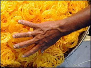 Рука со сладостями