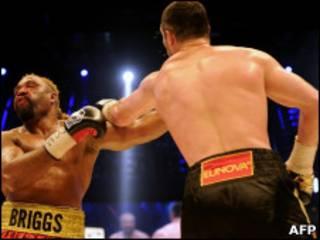 Виталий Кличко наносит удар Бриггсу