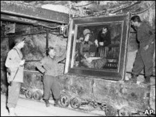 Американские военные у картины Эдуарда Мане