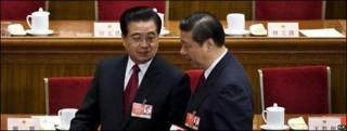 Xi Jinping y Hu Jintao conversan en una reunion en 2009.