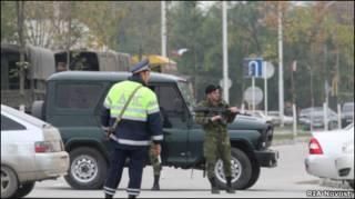 Милицейский кордон у здания парламента Чечни 19 октября 2010 года
