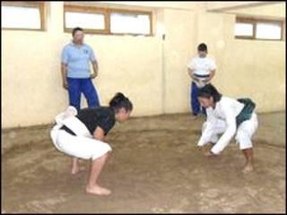 Mujeres practican sumo en Mongolia