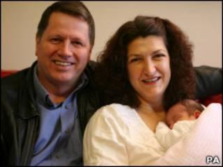Susan e Shane Comiskey com a bebê Anna Margaret