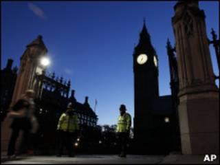 Guardas protegerm entradae do Parlamento britânico