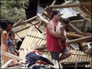 Филиппинка у разрушенного тайфуном дома