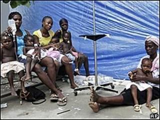 Crianças com diarreia recebem soro em hospital de Saint-Marc, no Haiti
