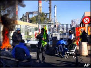 Бастующие перекрывают дорогу к нефтеперерабатывающему заводу Гранпюи 21 октября