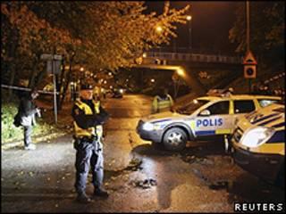 Polícia investiga local onde duas mulheres foram feridas em Malmo (Reuters)