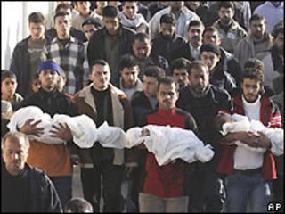 Funeral de vítimas da família Samouni (arquivo - Jan 2009)