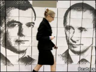 Стена с изображением Медведева и Путина