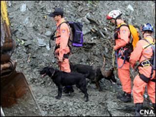 救援人員帶同搜救犬在蘇花公路塌方現場尋找失蹤遊客(台灣中央社圖片23/10/2010)