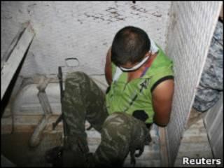 Мужчина, арестованный иракской полицией в городе Дур 21 октября 2010 года