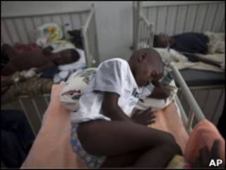 Ребенок с симптомами холеры в госпитале на Гаити