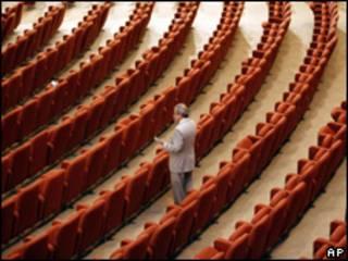 Legislador iraquí en el parlamento vacío