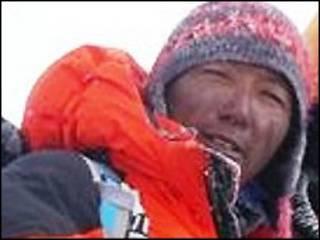 Alpinista está a uma escalada de igualar o recorde de chegadas ao cume do Everest.