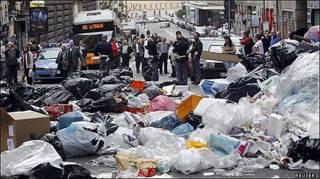 Basura amontonada en una calle de Nápoles