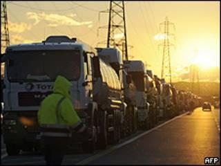 Manifestantes ainda bloqueiam estrada para refinaria de Fos-sur-Mer, sul da França (AFP)