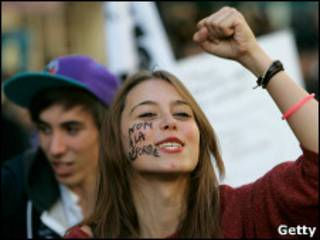 """Французская студентка на митинге, на лице надпись: """"Нет реформе"""" (21 октября)"""