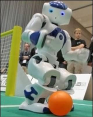 """最难的是机器人没有""""余光""""。"""