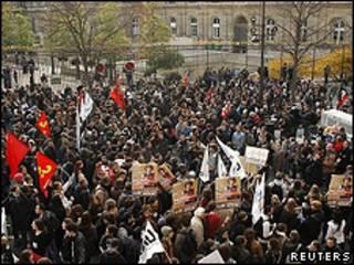 Manifestantes protestam em volta do prédio do Senado em Paris (Reuters)