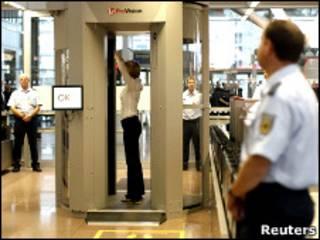 Женщину сканируют в аэропорту (архивное фото)