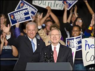 Joe Biden (esq.) e Harry Reid durante comício em Nevada (AP)