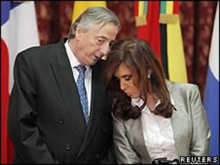Nestor e Cristina Kirchner em reunião da Unasul, no início de outubro (Reuters)