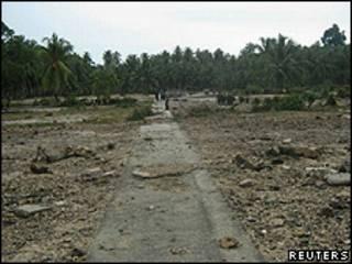 O vilarejo de Muntei Baru Baru, nas Ilhas Mentawai, depois da passagem do tsunami (Reuters)