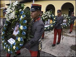 Soldados cargan arreglos florales y las fotos de tres de las víctimas de la masacre de Tamaulipas. Archivo: 24-09-10
