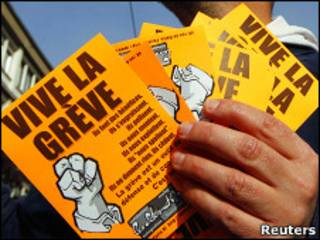 Французский профсоюзный активист раздает листовки в призывом к забастовке