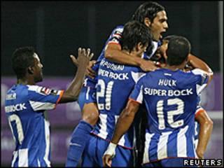 Jogadores do Porto (da esq. para dir.), Varela, Sapunaru, Falcão e Hulk comemoram gol contra o Nacional (Reuters)