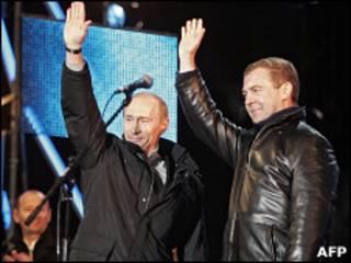 Владимир Путин и Дмитрий Медведев на концерте на Красной площади после объявления предварительных результатов выбора президента в марте 2008 года
