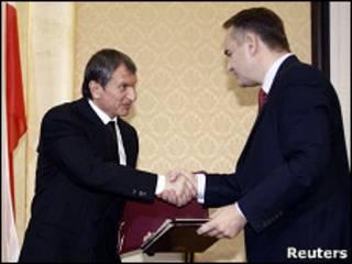 Игорь Сечин и Вальдемар Павлак на подписании российско-польского договора