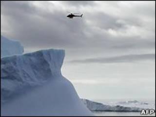 Вертолет над Антарктидой