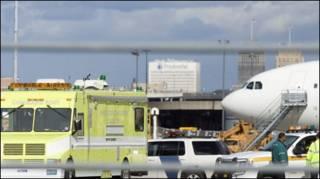Lực lượng đối phó khẩn cấp đổ đến sân bay Newark khi có báo động