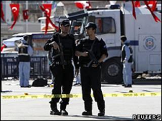 Policiais da tropa de choque na praça Taksim logo depois da explosão de domingo