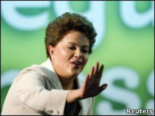 A presidente eleita do Brasil, Dilma Rousseff, durante discurso neste domingo (Reuters)