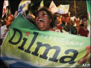 Apoiadora de Dilma comemora vitória em praia do Rio de Janeiro (AFP)
