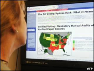 Mujer lee información electrónica sobre las elecciones