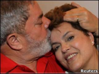 Lula beija Dilma após divulgação do resultado da eleição