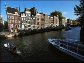 Один из водных каналов в центре Амстердама