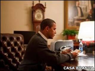 Obama lê em seu escritório