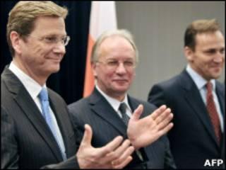 Гидо Вестервелле (слева) и Радослав Сикорский (справа) на переговорах в Минске