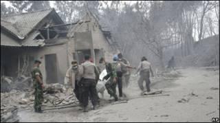 Рятувальники в Індонезії