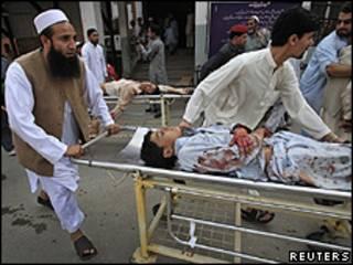 Feridos no atentado levados ao hospital de Peshawar