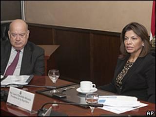 Jose Miguel Insulza (izquierda) y Laura Chinchilla (derecha)