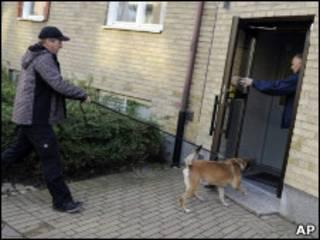 Полиция с собакой у дома подозреваемого